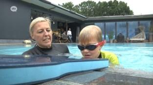 Cindy en Kevin geven zwemles in eigen tuin: meteen een overrompeling