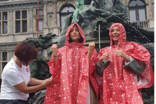 Stad Antwerpen deelt 10.000 pintjesponcho's uit aan bezoekers