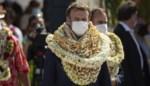 Franse president Macron bedolven onder bloemenkransen tijdens bezoek aan Tahiti