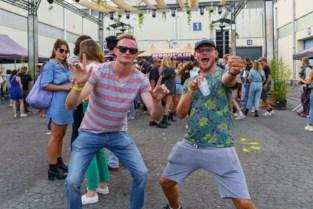 """Organisatoren eerste grote dansfeest doen oproep aan aanwezigen: """"Laat je opnieuw testen"""""""