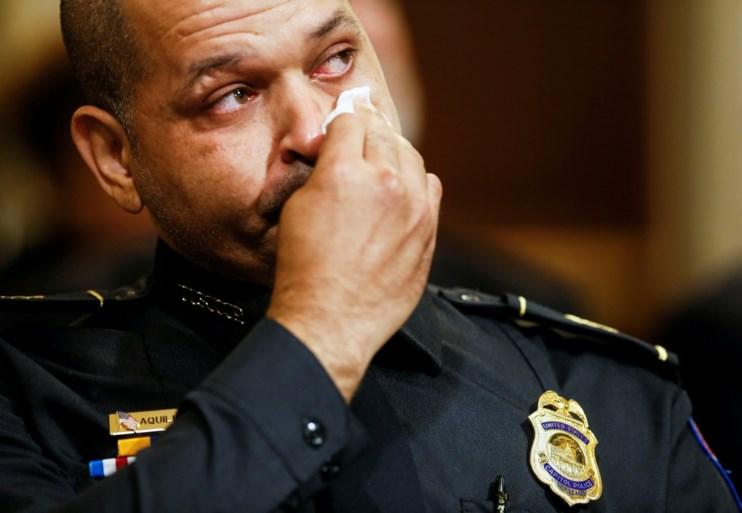 يشهد الضباط عاطفياً حول الانتفاضة في مبنى الكابيتول: