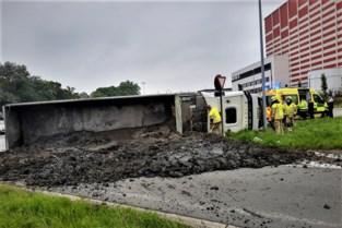 Rotonde onder de mest: vrachtwagen kantelt, bestuurder moet worden bevrijd