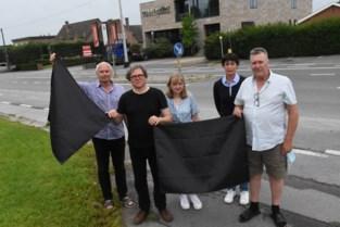 Zwarte vlaggen op 't Hoge: buurt protesteert tegen uitbreiding betonbedrijf