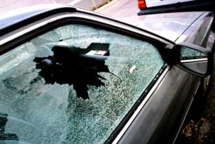 Autokraker slaat op klaarlichte dag toe, eigenaar zet achtervolging in