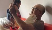 Opa schenkt al zijn aandacht aan kleinkind, maar dat laat jaloerse kat niet zomaar gebeuren