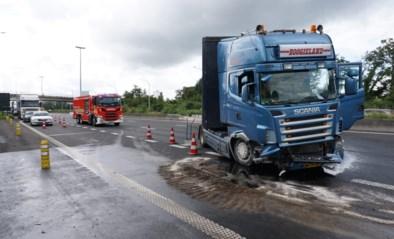 Kilometerslange file doordat trucker tegen middenberm knalt en in schaar gaat op E17