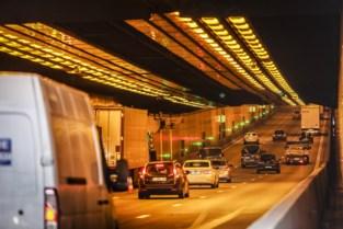 Kennedytunnel richting Gent tijdje volledig afgesloten door vrachtwagen met klapband