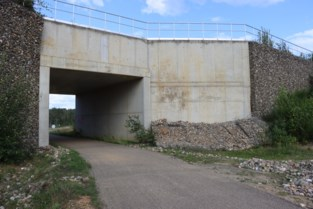 Fietstunnel op Hoeveweg afgesloten nadat schanskorven aan zijwand instorten