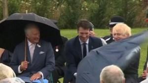 Boris Johnson worstelt met openen paraplu tot groot jolijt van prins Charles