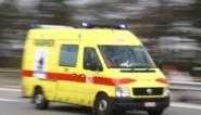 Brokstukken vliegen in het rond bij zwaar ongeval, twee gewonden naar ziekenhuis
