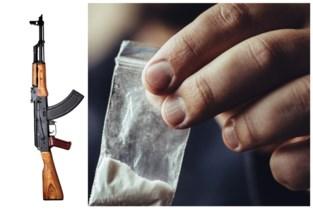 Procureur-generaal niet onder indruk van cocaïne- en wapenhandelaars: hij haalt zelf kalasjnikov boven