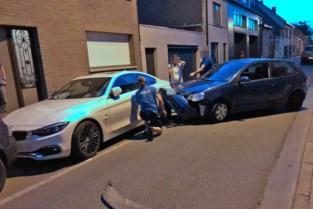 Dronken man ramt geparkeerde auto