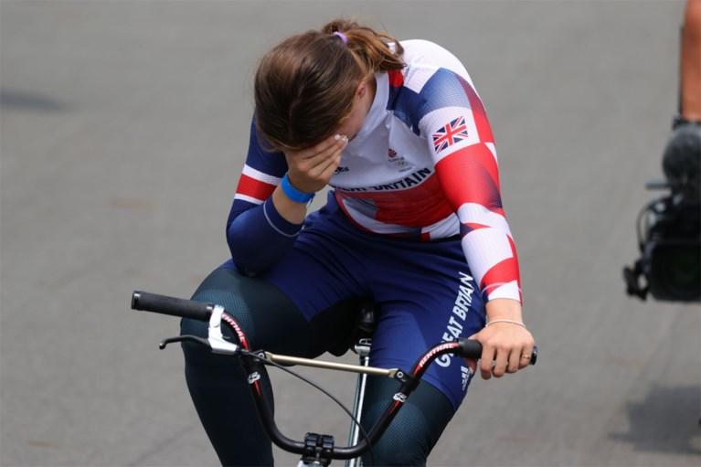 Hét beeld van de dag: kersvers olympisch kampioene kan nog amper op haar benen staan, ploegmaat raapt haar op
