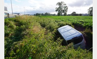 In slaap gevallen bestuurder raakt van snelweg af en belandt in maïsveld