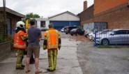 Fabrieksmuur dondert naar beneden op zeven auto's van garagist