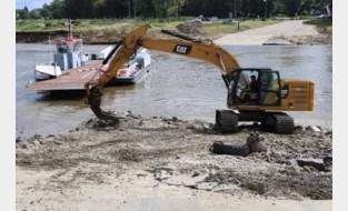 Schade in Grensmaas nog groter dan gedacht: water slaat tien meter diep gat zo groot als voetbalveld aan veerpont
