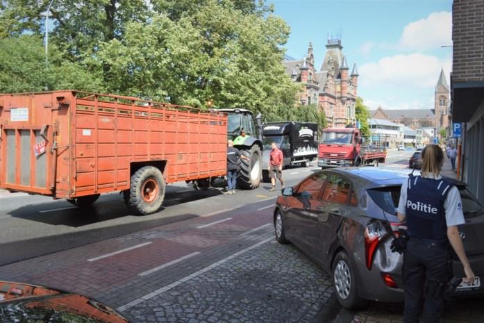 Pech voor landbouwer na remmanoeuvre: tractor ramt geparkeerde wagen