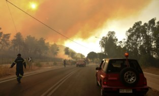 Historisch lange hittegolf: dorpen op Griekse schiereiland ontruimd wegens bosbrand