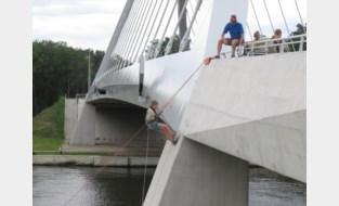 Scouts laten zich van kanaalbrug zakken in Eigenbilzen
