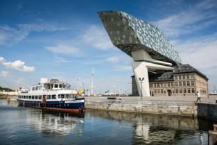 Flandriaboot botst tegen kaaimuur Hansadok, meerdere passagiers lichtgewond