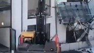Aannemer vernielt flatgebouw met graafmachine... omdat hij niet op tijd betaald werd