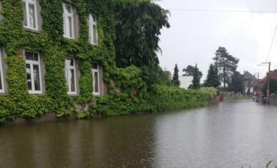 Opnieuw wateroverlast na hevige buien: centrum van Waals dorpje staat onder water