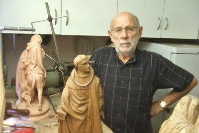 """Joris (80) maakt Pleuranten van Dijon minutieus na in zijn Eekloos atelier: """"Eerst boetseren in klei, daarna uitsnijden in eikenhout"""""""