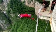 Bungeejumpen kan vanaf nu ook van de hoogste glazen brug ter wereld