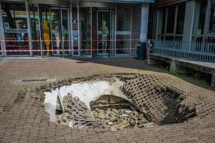"""Groot zinkgat vlak voor ingang KU Leuven: """"Het is onduidelijk hoe dit is kunnen gebeuren"""""""