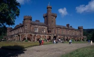Dit kasteel met wel heel bijzondere inhoud staat te koop voor een symbolische euro