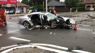Bestuurder valt in slaap en knalt tegen verkeerslicht