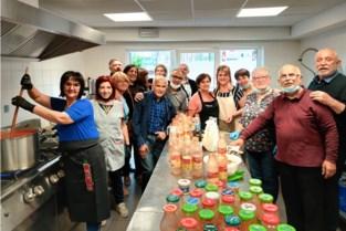 Missione Cattolica maakt liters pastasaus voor slachtoffers overstroming