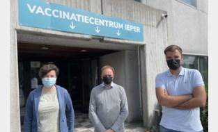 """Beats, acrobatie en … marginale kleren moeten jongeren naar vaccinatiecentrum lokken: """"Feesten mag, maar vanop je stoel"""""""