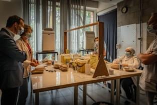 Vrijwilligers vaccinatiecentrum Heusden-Zolder krijgen bezoek van minister Beke