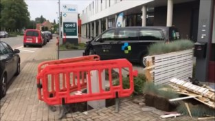 Grote ravage na fout inhaalmanoeuvre: buurt zonder stroom en busje Huisartsenwachtpost vernield
