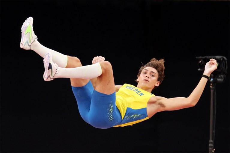 Fenomeen Mondo Duplantis zweeft naar eerste olympische titel, lat valt nipt bij wereldrecordpoging