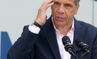 """Onderzoek naar grensoverschrijdend gedrag van New Yorks gouverneur Cuomo afgerond: """"Meerdere personen seksueel geïntimideerd"""""""