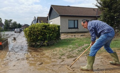"""Wolkbreuk doet straten nog maar eens volstromen met modder en water: """"Het lijkt wel alsof we wonen aan een kolkende rivier"""""""
