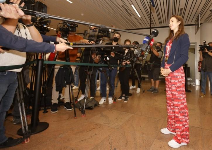 """Nina Derwael terug in het land, overweldigende ontvangst op Zaventem: """"Ik heb nog nooit zo veel microfoons rond mij gehad"""""""