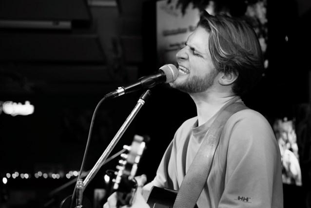 Mats Tuerlinckx speelt in pastorijtuin Olmen voor vzw Speransa