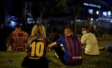 IN BEELD. Rouwende Barcelona-fans zoeken 's avonds troost bij elkaar aan Camp Nou