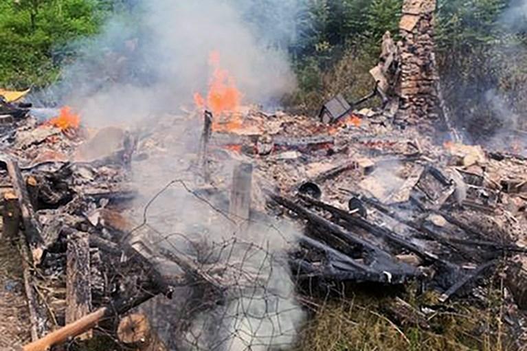 Dopo che la sua cabina ha preso fuoco, un eccentrico 81enne finisce improvvisamente in prigione.