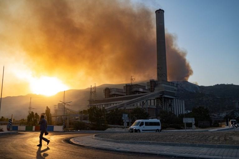 Un incendio raggiunge una centrale turca, sedici incendi non sono ancora domati
