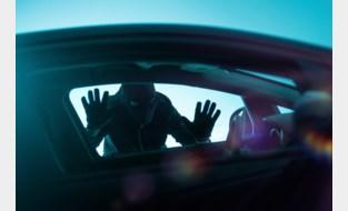 Dief steelt gsm uit geparkeerde auto