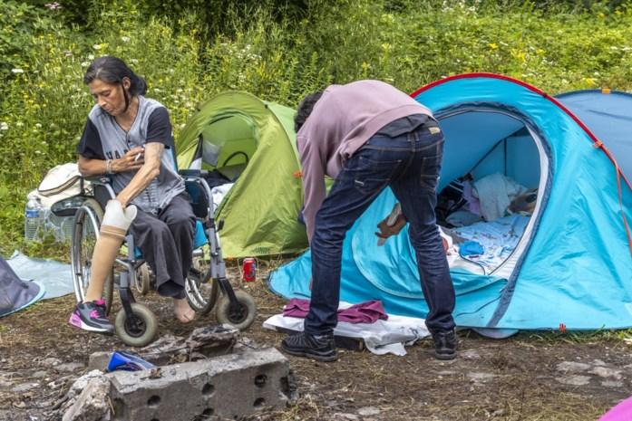 """Eénbenige vrouw en vriend overleven sinds overstroming in tentje op spoorwegberm in Pepinster: """"Er moet iets gebeuren of we halen het niet"""""""