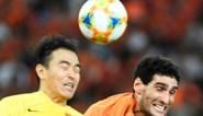 Marouane Fellaini blijft aan de leiding in China, maar moet wel geblesseerd van het veld