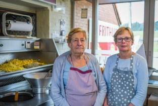 """Na 45 jaar sluiten Viviane (57), Tine (78) en Swa (75) 't Frithuis: """"Vroeger was hier niks in het dorp: geen bakkers, geen beenhouwers en al helemaal geen frituren"""""""