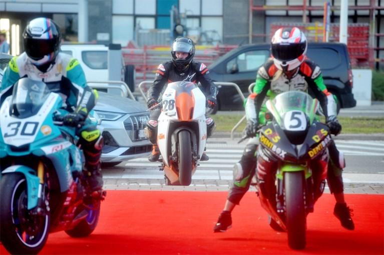 Le moto fanno da guardia d'onore per Matteo Simone e Ferrel Bites alla premiere di 'Rookie'