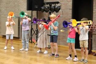 Kinderen van het derde leerjaar leren via workshop op minder dan een uur tijd trombone spelen