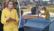 Koningin Mathilde waagt zich aan potje pingpong tijdens bezoek aan Oost-Vlaamse 'school van de toekomst'